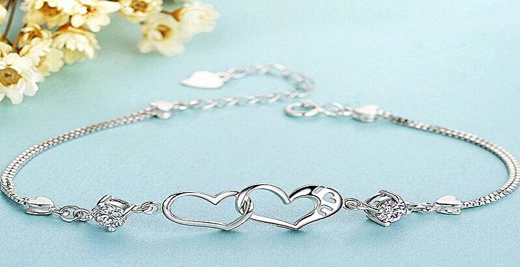 Bracelet-model-with-heart-design