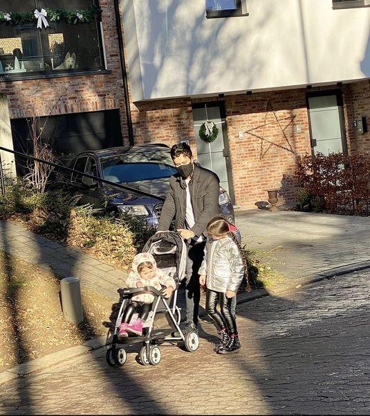 شاهرخ استخری و دخترانش در خارج از کشور + عکس