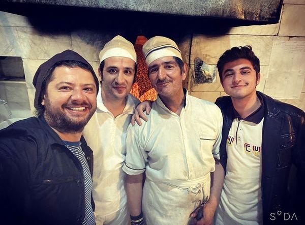 سلفی علی صادقی در نانوایی محلشون + عکس