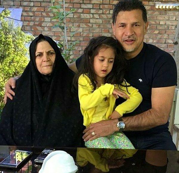 علی دایی در کنار مادر و دخترش + عکس