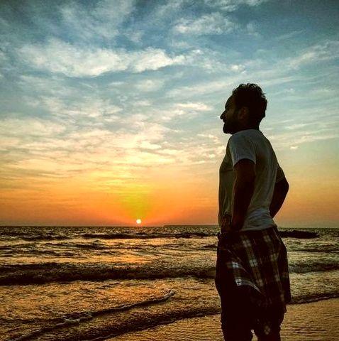 کاوه خدا شناس با لباس راحتی لب دریا+عکس