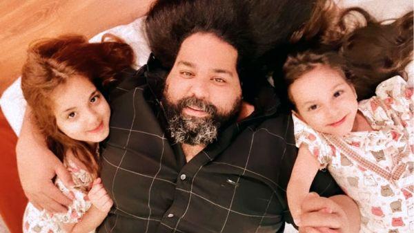 سلفی جدید رضا صادقی با دخترانش + عکس