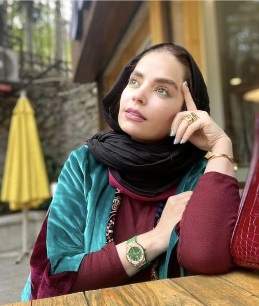 سر به هوایی های خانم بازیگر در کافه + عکس