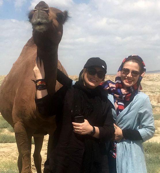 عکس خاله شادونه با شتر در صحرا