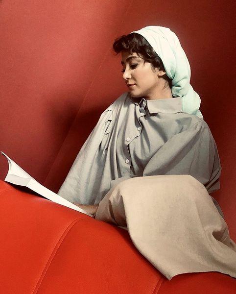 کتاب خواندن الناز حبیبی + عکس