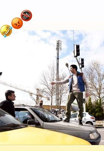 لات بازی آقای خواننده وسط خیابان+عکس