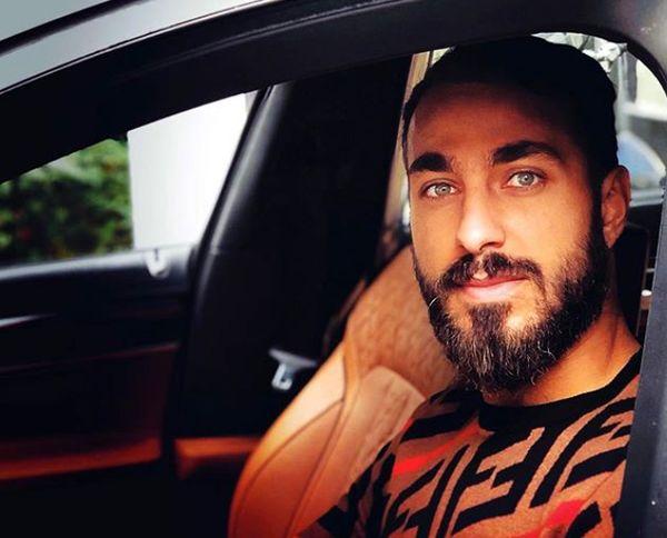 آقای فوتبالیست چشم رنگی در ماشین شیکش+عکس