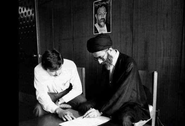 تصویری از آیتالله خامنهای در حال ثبتنام در انتخابات