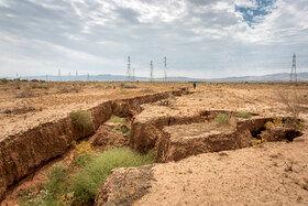 بحران فرونشست در دشت قزوین اطراف شهرستان بویین زهرا در جنوب استان قزوین / تخلیه منابع آب زیرزمینی باعث ایجاد یک نوع خشکسالی مصنوعی شده که فرونشست زمین در بسیاری از مناطق کشور را موجب شده است