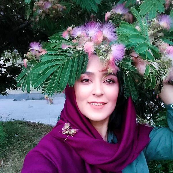 فریبا طالبی در میان شکوفه های بهاری + عکس