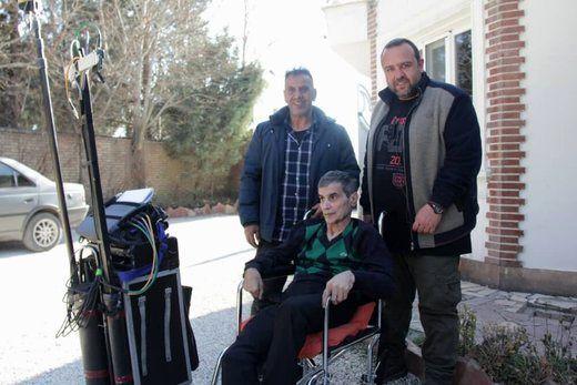 اصغر شاهوردی پس از ۱۱ سال با ویلچر به صحنه فیلمبرداری آمد/ عکس