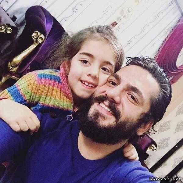 عکس عباس غزالی و برادر زاده اش در منزل