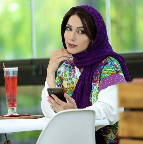 شهرزاد کمال زاده با تیپ بنفش در یک کافه + عکس