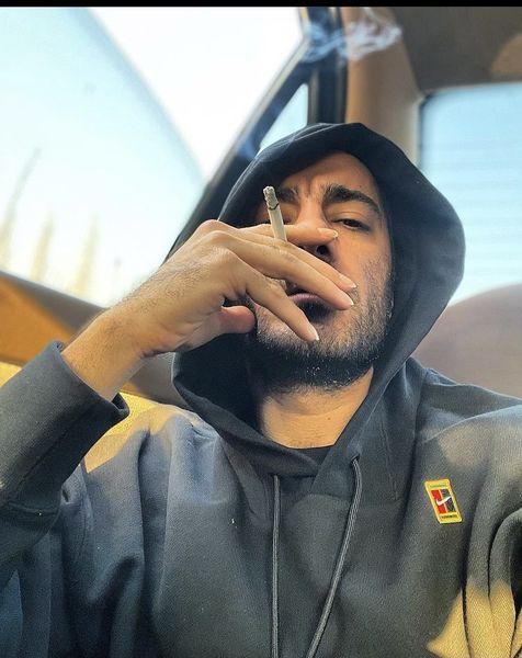 سیگار کشیدن نوید محمدزاده در ماشین + عکس