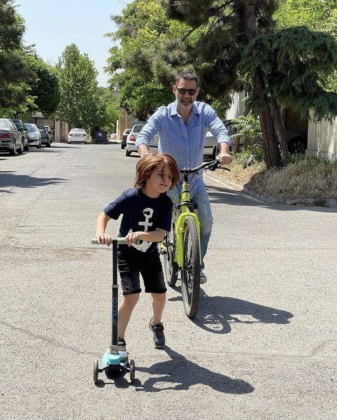 دوچرخه سواری پیمان معادی با خواهرزاده اش در خیابان های تهران + عکس