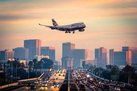 عکس جالب عبور هواپیما از روی بزرگراه