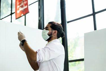 تزریق واکسن در مرکز واکسیناسیون شهید کسری اسماعیلی در مجتمع فرهنگی ۱۳ آبان