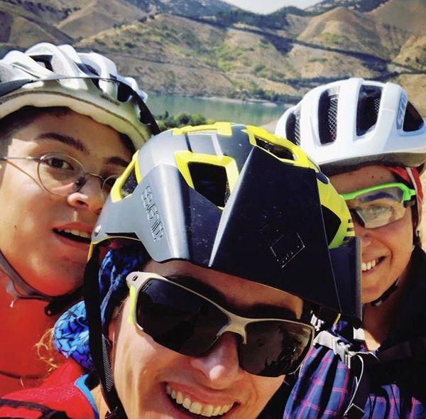دوچرخه سواری حرفه ای ویشکا آسایش با دوستانش + عکس