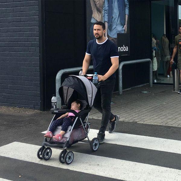 گردش شاهرخ استخری و دخترش در خیابان های بلژیک+عکس