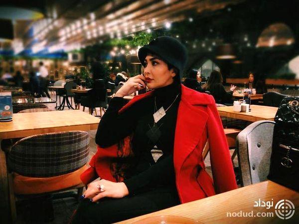 مریم معصومی با کت قرمز کلاسیک و کلاه انگلیسی در یک مکان عمومی !