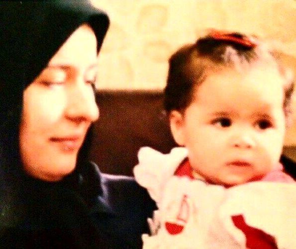 کودکی خانم بازیگر مشهور در آغوش مادرش + عکس