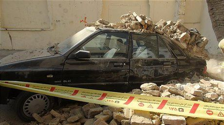 ریزش دیوار روی 5 خودرو در غرب تهران