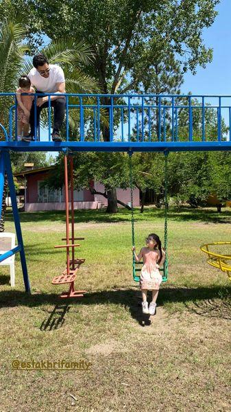 بازی کردن شاهرخ استخری با دخترانش در پارک + عکس