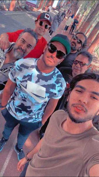 قدم زدن گلزار با دوستانش + عکس