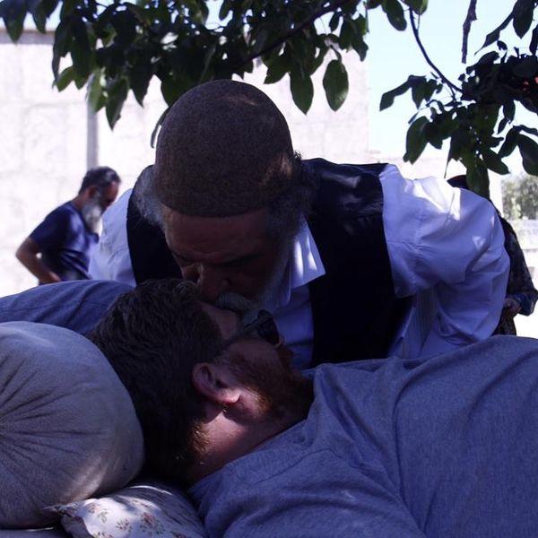 عکس از بوسه محبت آقای بازیگر در پشت صحنه