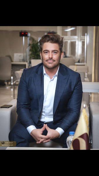 محمدرضا گلزار با استایل رسمی در بانک + عکس
