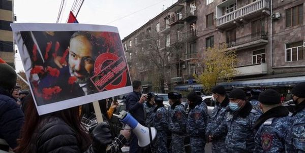 مخالفان پاشینیان اماکن دولتی را محاصره کردند