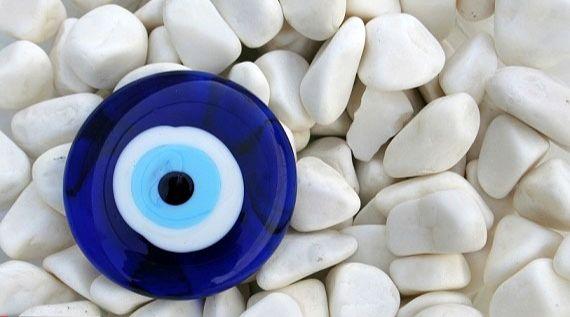 مهرههای آبی چشمنظر را دفع می کند ؟ / خرافاتی بنام تک چشم آبی