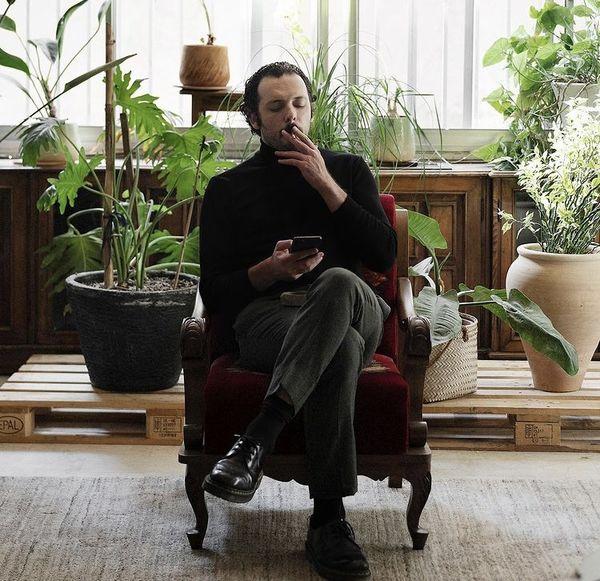 سیگار کشیدن پدرام شریفی در خانه قدیمی اش + عکس