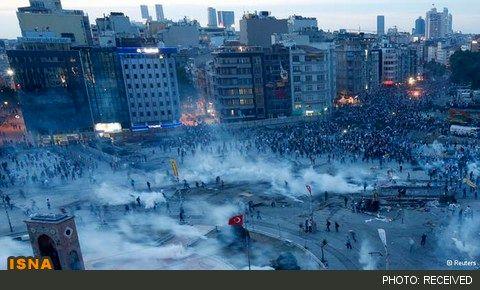 نبرد تظاهرکنندگان با پلیس برای بازپسگیری میدان تقسیم