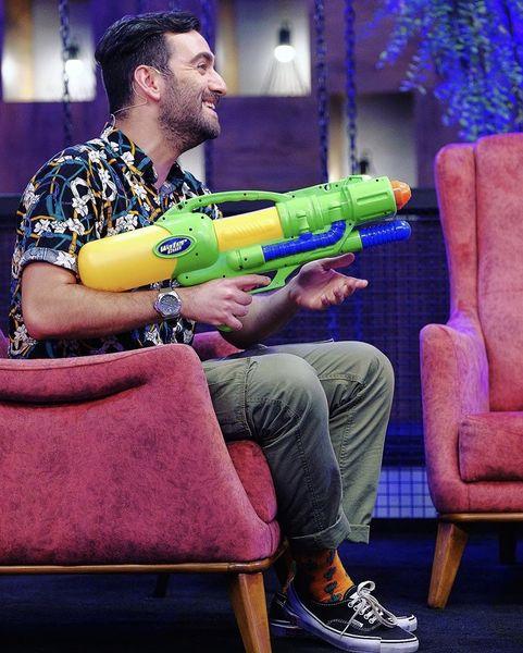 تفنگ آبپاش نیما شعباننژاد در یک برنامه تلویزیونی + عکس