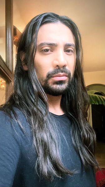 خواننده مشهور با موهای گیسو کمندش + عکس