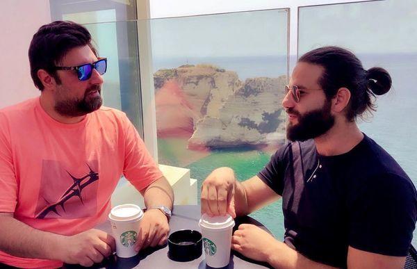 محمد علیزاده و دوستش در کافه + عکس