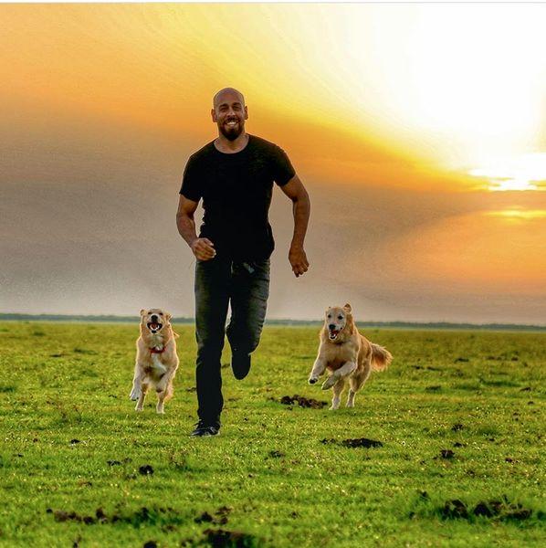 ارشا اقدسی و سگ هایش + عکس