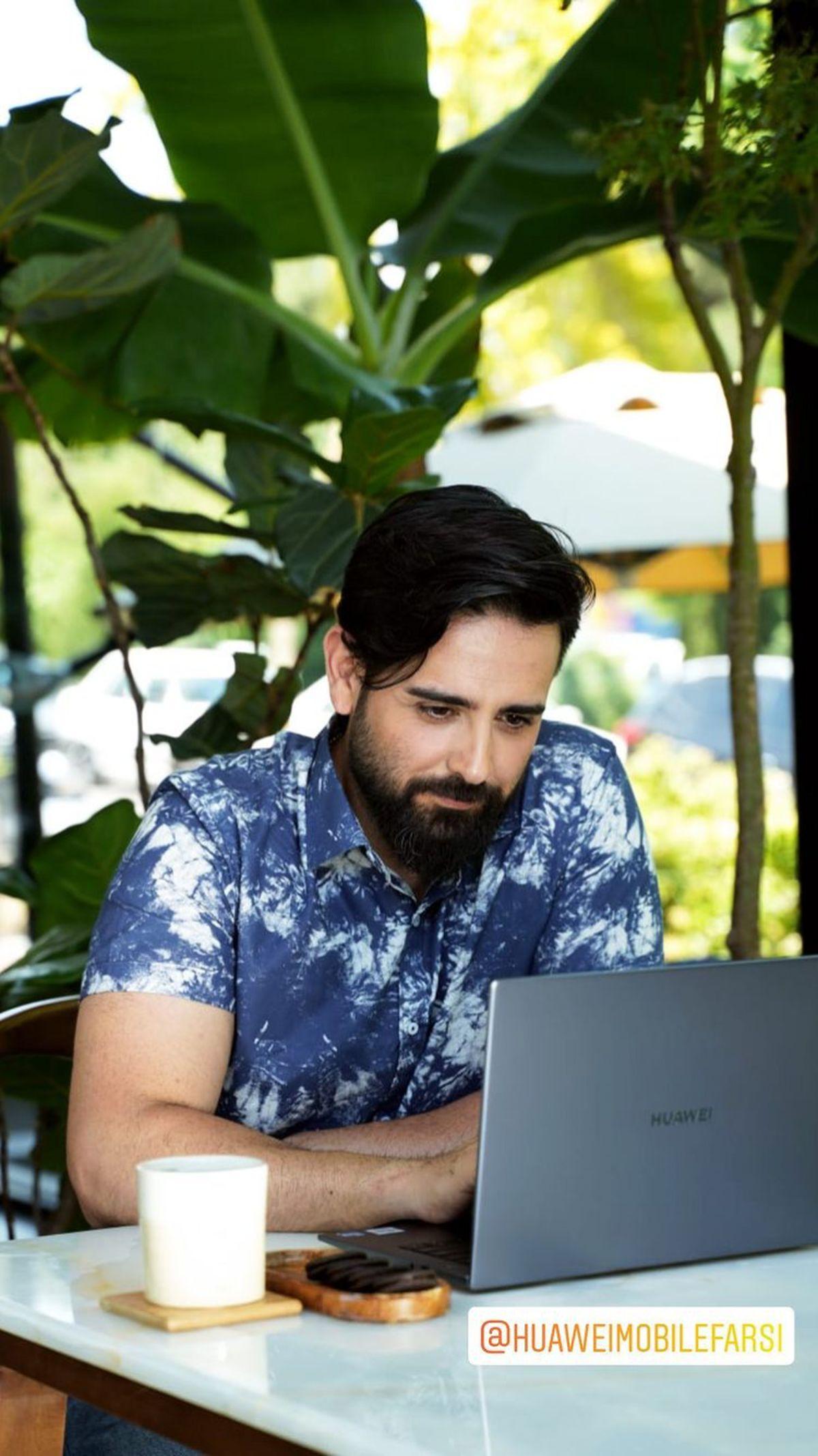 استایل شیک امیرحسین آرمان در محل کارش + عکس