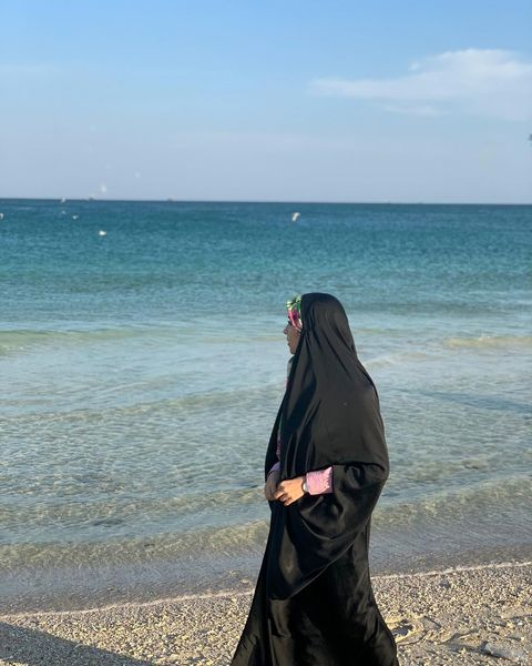 قدم زدن مژده لواسانی لب ساحل + عکس