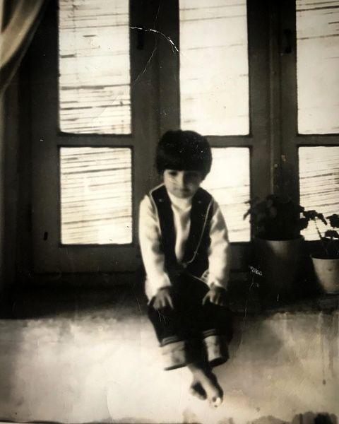 عکس آقای بازیگر در کودکی با لباس مهمانی