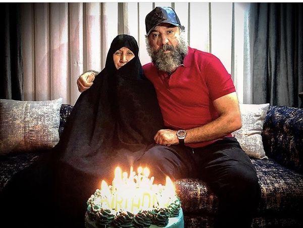 علی انصاریان و مادرش + عکس