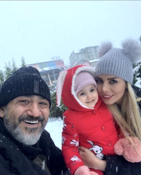 برف بازی مهران غفوریان با همسر و دخترش + عکس
