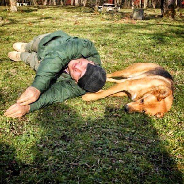 بازی مهدی سلطانی با سگش در پارک + عکس