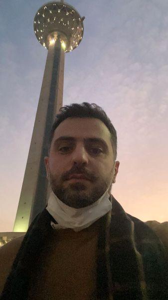 سلفی علی ضیا با برج معروف + عکس
