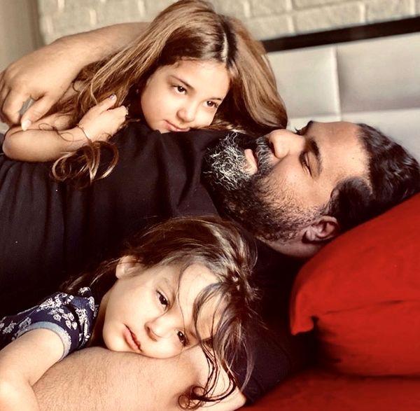 بازی های رضا صادقی با دخترانش در خانه + عکس