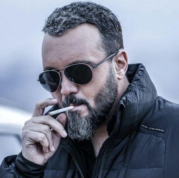کامبیز دیرباز در حال سیگار کشیدن + عکس