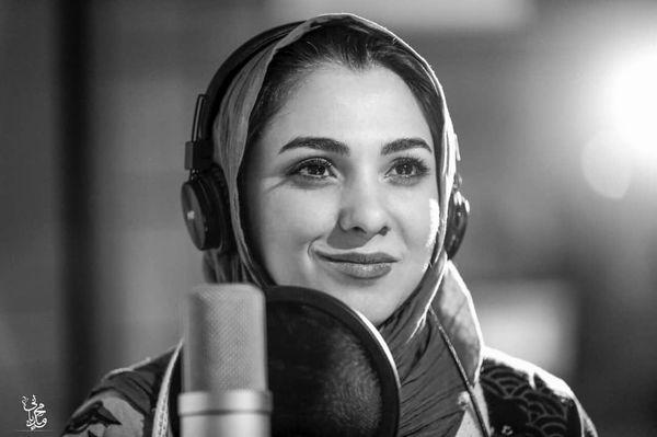 خانم مجری خوش صدا در استودیو صدا