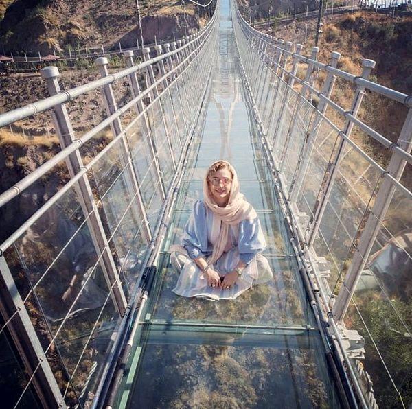 شبنم قلی خانی روی پل شیشه ای اردبیل + عکس