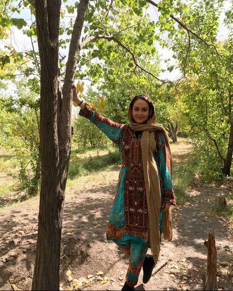 بازیگر ستایش با لباس هندی وسط درخت ها